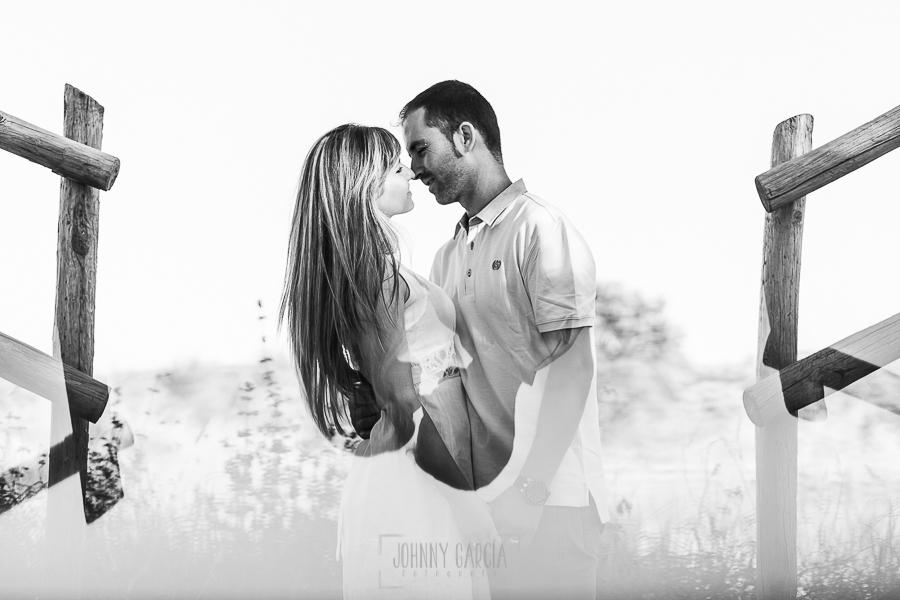 Pre boda en Mohedas de Granadilla de Esmeralda y Luis Miguel realizada por el fotógrafo de bodas en España Johnny Garcia en 2016, Esmeralda y Miguel juntos