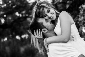 Pre boda en Mohedas de Granadilla de Esmeralda y Luis Miguel realizada por el fotógrafo de bodas en España Johnny Garcia en 2016, Luis Miguel coge a Esmeralda en brazos