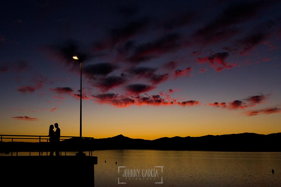 Pre boda en Mohedas de Granadilla de Esmeralda y Luis Miguel realizada por el fotógrafo de bodas en España Johnny Garcia en 2016, Esmeralda y Luis Miguel debajo de un cielo espectacular en el embalse de Gabriel y Galán después de la puesta de sol