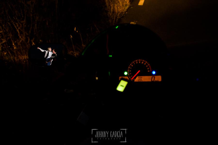Pre boda en Mohedas de Granadilla de Esmeralda y Luis Miguel realizada por el fotógrafo de bodas en España Johnny Garcia en 2016, Esmeralda y Luis Miguel reflejados en el espejo de su moto ya en la noche