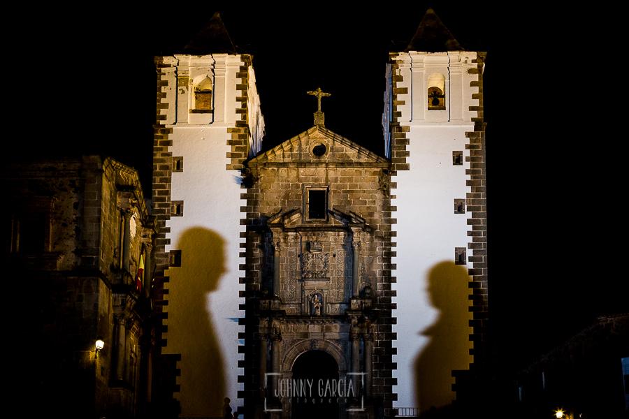 Pre boda en Cáceres de María e Iván realizada por el fotógrafo de bodas en España Johnny Garcia, las sombras de María e Iván sobre las torres de la iglesia de San Jorge