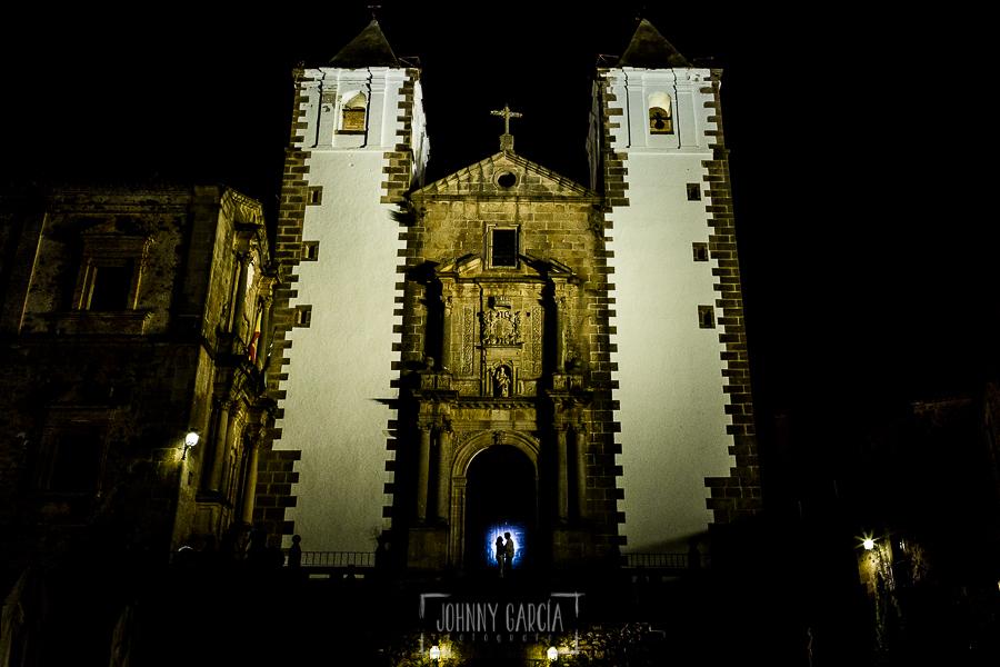 Pre boda en Cáceres de María e Iván realizada por el fotógrafo de bodas en España Johnny Garcia, la iglesia de San Jorge, en la puerta las siluetas de Ivan y María