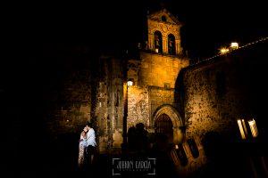 Pre boda en Cáceres de María e Iván realizada por el fotógrafo de bodas en España Johnny Garcia, María e Iván en la plaza de San esteban en Cáceres