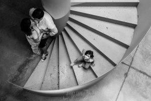 Pre boda en Cáceres de María e Iván realizada por el fotógrafo de bodas en España Johnny Garcia, Emma en las escaleras mientras sus padres hablan