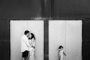 Pre boda en Cáceres de María e Iván realizada por el fotógrafo de bodas en España Johnny Garcia, Emma se tapa los ojos mientras María e Iván se besan