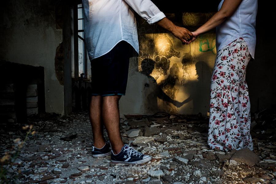 Pre boda en Cáceres de María e Iván realizada por el fotógrafo de bodas en España Johnny Garcia, un detalle de las manos de María e Iván, al fondo sus sombras