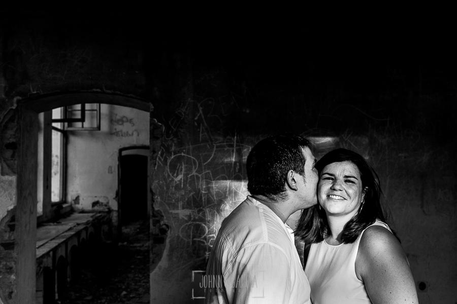 Pre boda en Cáceres de María e Iván realizada por el fotógrafo de bodas en España Johnny Garcia, un retrato en blanco y negro de la pareja