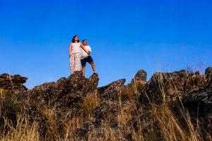 Pre boda en Cáceres de María e Iván realizada por el fotógrafo de bodas en España Johnny Garcia, un retrato de María e Iván en unas piedras de La Montaña
