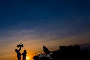 Pre boda en Cáceres de María e Iván realizada por el fotógrafo de bodas en España Johnny Garcia, las siluetas de la pareja y su hija ante la puesta de sol
