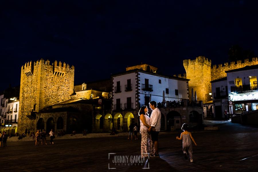 Pre boda en Cáceres de María e Iván realizada por el fotógrafo de bodas en España Johnny Garcia, María e Iván en la Plaza Mayor de Cáceres