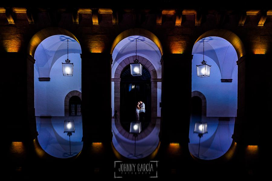 Pre boda en Cáceres de María e Iván realizada por el fotógrafo de bodas en España Johnny Garcia, la pareja en los arcos del Ayuntamiento de Cáceres iluminados