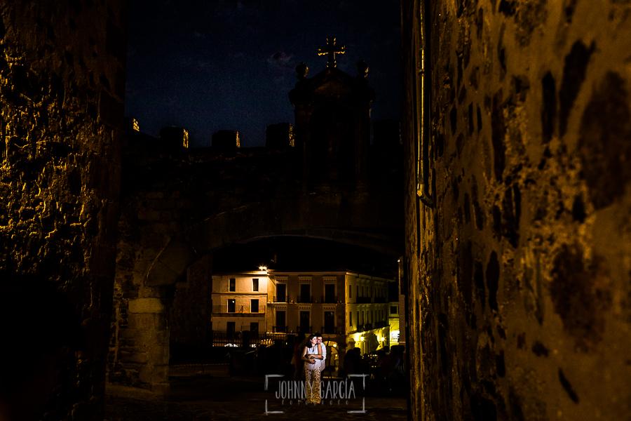 Pre boda en Cáceres de María e Iván realizada por el fotógrafo de bodas en España Johnny Garcia, María e Iván en el Arco de la Estrella de Cáceres