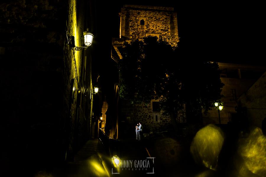 Pre boda en Cáceres de María e Iván realizada por el fotógrafo de bodas en España Johnny Garcia, la pareja en una plaza del casco antiguo de Cáceres por la noche