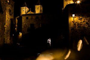 Pre boda en Cáceres de María e Iván realizada por el fotógrafo de bodas en España Johnny Garcia, Maria e Iván dando un paseo por Cáceres en la noche