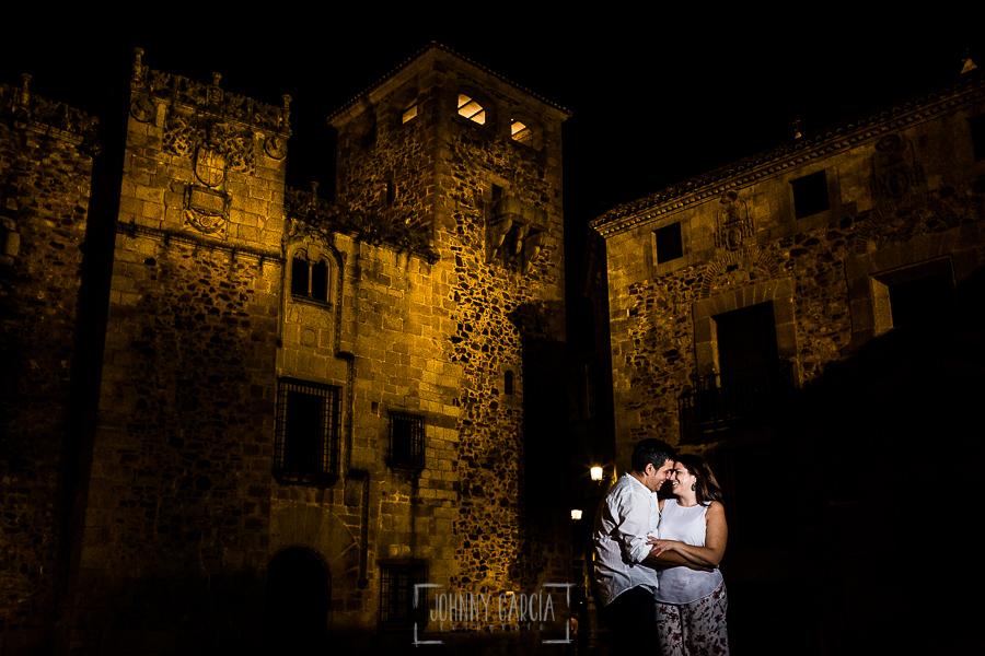 Pre boda en Cáceres de María e Iván realizada por el fotógrafo de bodas en España Johnny Garcia, un retrato de la pareja entre las calles empedradas de Cáceres