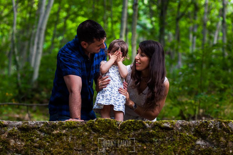 Pre boda en Bejar, Salamanca de Marisol y Manuel realizada por el fotografo de bodas en España Johnny Garcia en 2016, Marisol y Manuel junto a su hija Alma mientras esta se tapa la cara