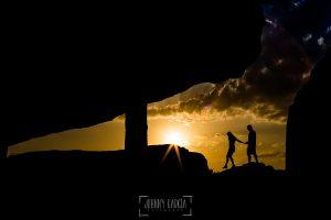 Pre boda en Bejar, Salamanca de Marisol y Manuel realizada por el fotografo de bodas en España Johnny Garcia en 2016, un contraluz mientras se pone el sol de Marisol y Manuel