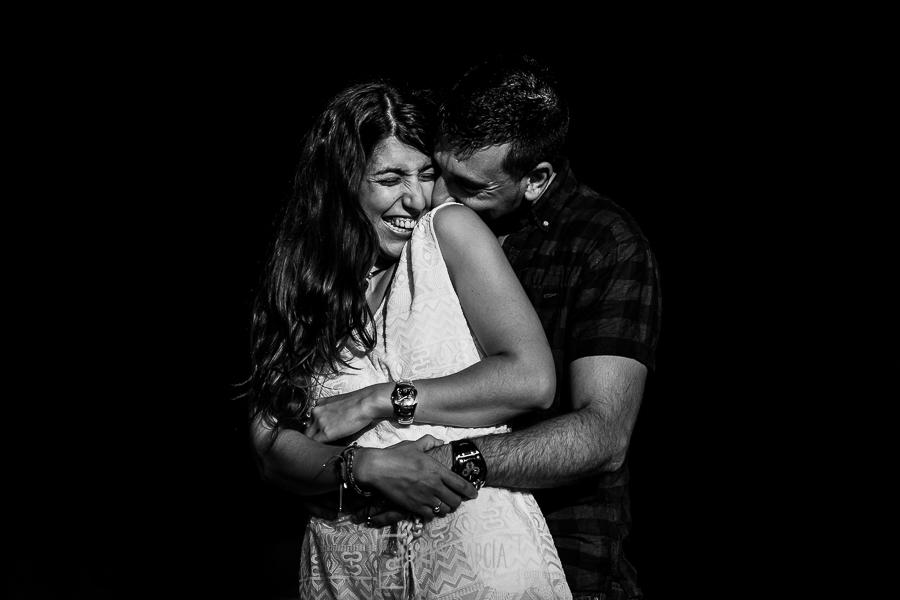 Pre boda en Bejar, Salamanca de Marisol y Manuel realizada por el fotografo de bodas en España Johnny Garcia en 2016, Manuel le hace cosquillas a MAaisol que sonrie