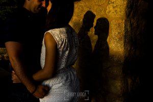 Pre boda en Bejar, Salamanca de Marisol y Manuel realizada por el fotografo de bodas en España Johnny Garcia en 2016, un detalle de las sombras de la pareja