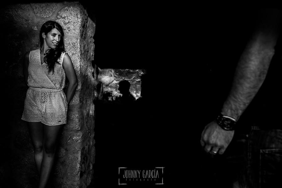 Pre boda en Bejar, Salamanca de Marisol y Manuel realizada por el fotografo de bodas en España Johnny Garcia en 2016, un retrato de Marisol y un detalle de la sombra de Manuel