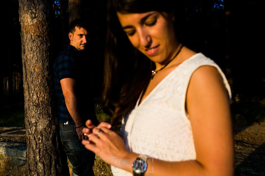 Pre boda en Bejar, Salamanca de Marisol y Manuel realizada por el fotografo de bodas en España Johnny Garcia en 2016, un retrato de Manuel y en primer plano Marisol fuera de foco