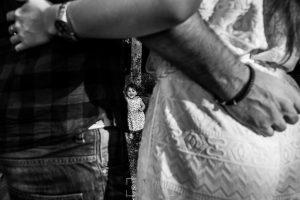 Pre boda en Bejar, Salamanca de Marisol y Manuel realizada por el fotografo de bodas en España Johnny Garcia en 2016Alma se divierte entre medias de sus padres