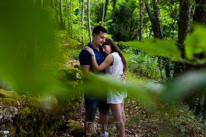 Pre boda en Bejar, Salamanca de Marisol y Manuel realizada por el fotografo de bodas en España Johnny Garcia en 2016, Marisol y Manuel se abrazan en el castañar de Bejar