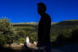 Pre boda entre Cáceres y Salamanca de Gema y Alberto realizada por el fotógrafo de bodas en España Johnny García, Gema al fondo y la silueta de Alberto en primer plano
