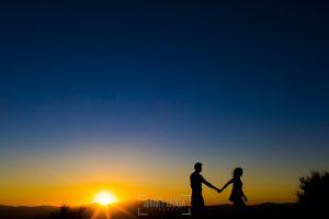 Pre boda entre Cáceres y Salamanca de Gema y Alberto realizada por el fotógrafo de bodas en España Johnny García, Gema y Alberto en silueta con la puesta de sol