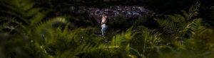 Pre boda entre Cáceres y Salamanca de Gema y Alberto realizada por el fotógrafo de bodas en España Johnny García, Gema y Alberto abrazados al fondo el pueblo de La Garganta, foto destacada