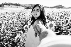 Pre boda en Iscar, Valladolid, realizada por el fotógrafo de bodas en Extremadura Johnny Garcia en 2016, Marta anda de la mano de Oliver