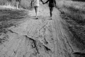 Pre boda en Iscar, Valladolid, realizada por el fotógrafo de bodas en Extremadura Johnny Garcia en 2016, un detalle de las piernas de Marta y Oliver cuando dan un paseo