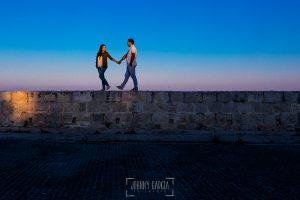 Pre boda en Iscar, Valladolid, realizada por el fotógrafo de bodas en Extremadura Johnny Garcia en 2016, Marta y Oliver pasean por uno de los muros del castillo de Iscar