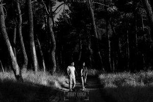 Pre boda en Iscar, Valladolid, realizada por el fotógrafo de bodas en Extremadura Johnny Garcia en 2016, MArta y Oliver pasean por un pinar