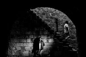 Pre boda en Iscar, Valladolid, realizada por el fotógrafo de bodas en Extremadura Johnny Garcia en 2016, MArta en una pared del castillo, Oliver baja por las escaleras