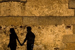 Pre boda Salmantina de Laura y Jonatan realizada por el fotógrafo de bodas en España Johnny García en Salvatierra de Tormes y en Salamanca, la sombra de LAura y Jonatan sobre una pared