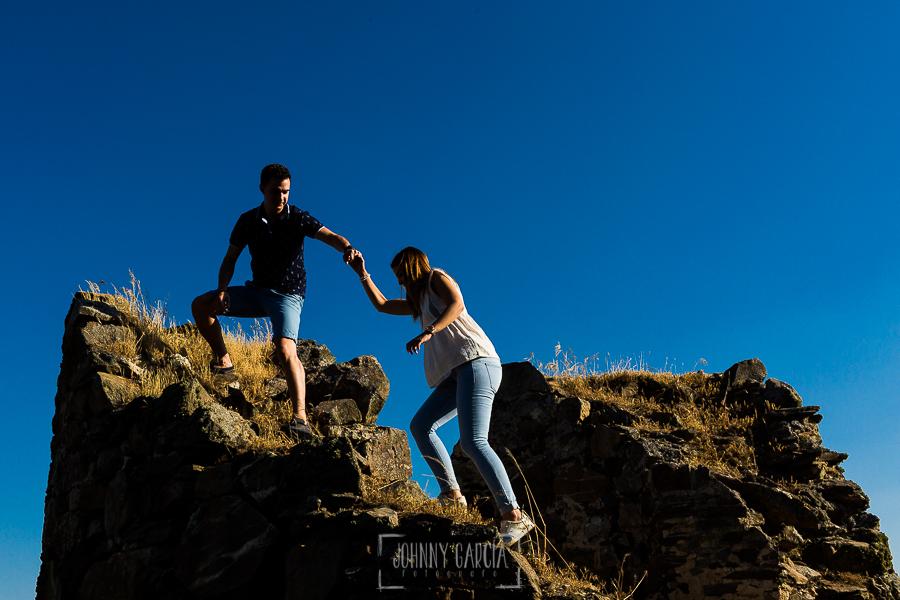 Pre boda Salmantina de Laura y Jonatan realizada por el fotógrafo de bodas en España Johnny García en Salvatierra de Tormes y en Salamanca, Jonatan ayuda a Laura a subir por una piedras