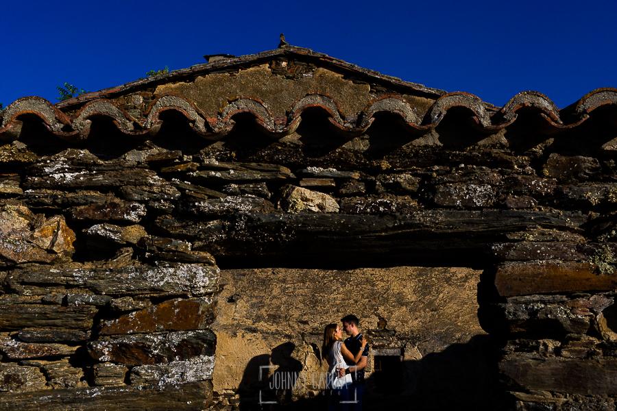 Pre boda Salmantina de Laura y Jonatan realizada por el fotógrafo de bodas en España Johnny García en Salvatierra de Tormes y en Salamanca, un retrato de LAura y Jonatan dentro del patio de una casa en Salvatierra de Tormes