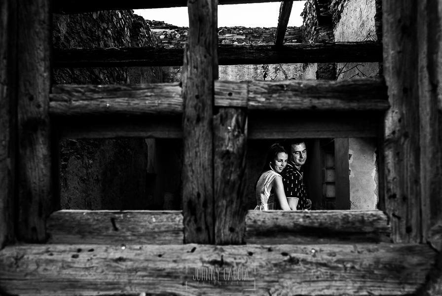 Pre boda Salmantina de Laura y Jonatan realizada por el fotógrafo de bodas en España Johnny García en Salvatierra de Tormes y en Salamanca, Laura abraza a Jonatan dentro de una casa en ruinas