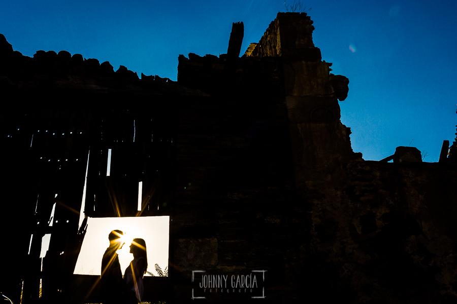 Pre boda Salmantina de Laura y Jonatan realizada por el fotógrafo de bodas en España Johnny García en Salvatierra de Tormes y en Salamanca, la silueta de la pareja en el hueco de una puerta de madera abandonada