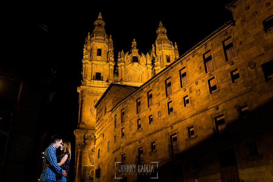 Pre boda Salmantina de Laura y Jonatan realizada por el fotógrafo de bodas en España Johnny García en Salvatierra de Tormes y en Salamanca, la pareja al lado de la casa de las Conchas de Salamanca