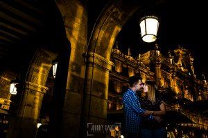 Pre boda Salmantina de Laura y Jonatan realizada por el fotógrafo de bodas en España Johnny García en Salvatierra de Tormes y en Salamanca, Laura y Jonatan en los soportales de la Plaza Mayor de Salamanca