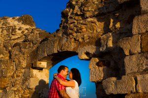 Pre boda Calvarrasa de Arriba de Ana Cristina y Feliciano, realizada por Johnny García, fotógrafo de bodas en Salamanca, un retrato de la pareja en una ermita abandonada