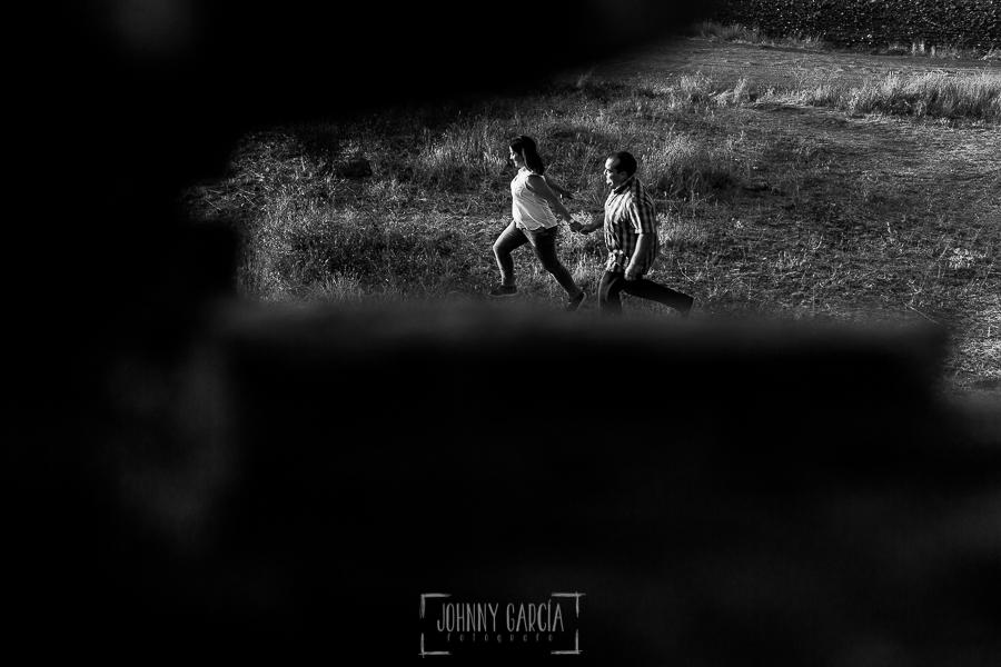 Pre boda Calvarrasa de Arriba de Ana Cristina y Feliciano, realizada por Johnny García, fotógrafo de bodas en Salamanca, la pareja corre por un campo de Calvarrasa de Arriba