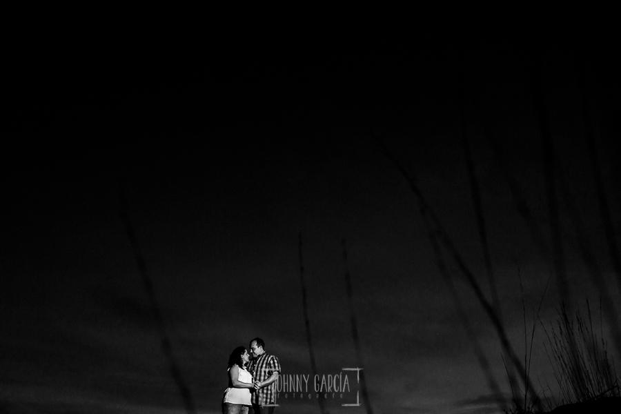 Pre boda Calvarrasa de Arriba de Ana Cristina y Feliciano, realizada por Johnny García, fotógrafo de bodas en Salamanca, un retrato de la pareja en blanco y negro ya de noche