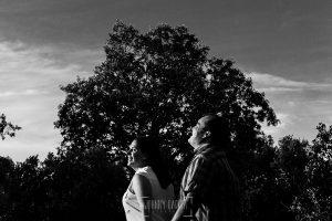 Pre boda Calvarrasa de Arriba de Ana Cristina y Feliciano, realizada por Johnny García, fotógrafo de bodas en Salamanca, Ana Cristina y Feliciano rien en la sesión de preboda
