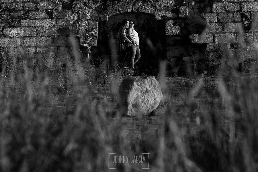 Pre boda Calvarrasa de Arriba de Ana Cristina y Feliciano, realizada por Johnny García, fotógrafo de bodas en Salamanca, retrato de la pareja en una puerta de la ermita abandonada