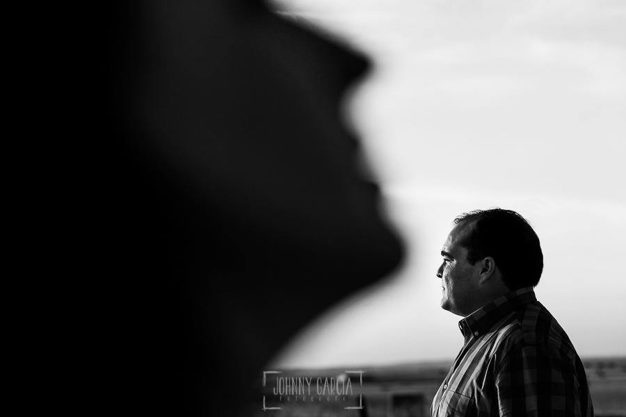 Pre boda Calvarrasa de Arriba de Ana Cristina y Feliciano, realizada por Johnny García, fotógrafo de bodas en Salamanca, un retrato de Feliciano, en primer plano Ana Cristina