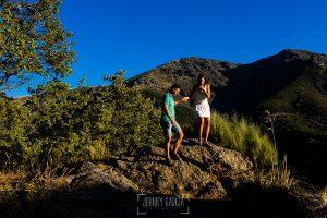 Pre boda en Hervás de Esther y Roberto realizada por el fotógrafo de bodas en Cáceres Johnny Garcia, la pareja baja de unas rocas