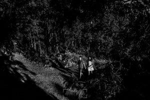 Pre boda en Hervás de Esther y Roberto realizada por el fotógrafo de bodas en Cáceres Johnny Garcia, Esther y Roberto pasean por la sierra de Hervás